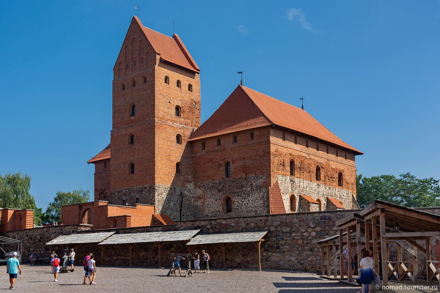 Отреставрированный замок выглядит практически новеньким... )