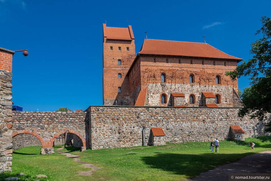 Прогулявшись по самому замку, не забудьте обойти его вокруг.