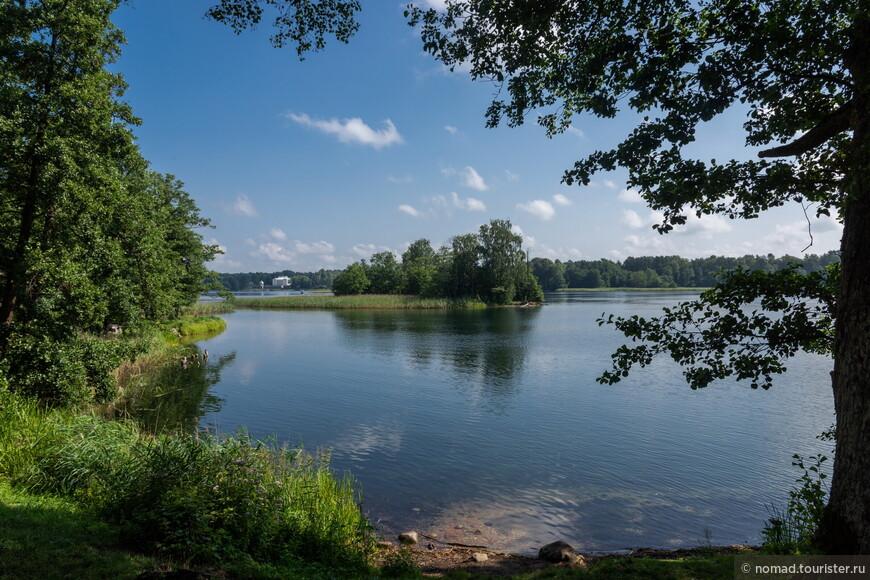 От замка открываются приятные виды на озеро.