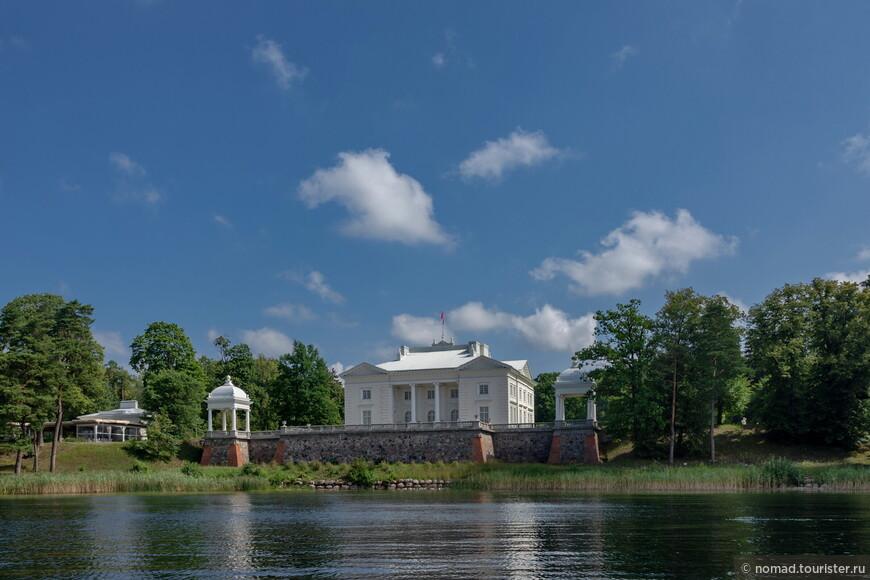 Дворец Тышкевичей расположен на дальнем от острова с замком берегу.