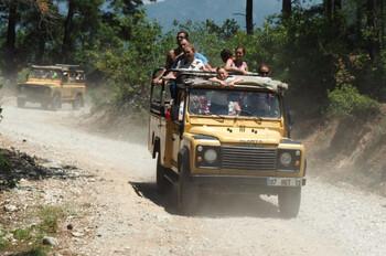 Джип с туристами попал в аварию на экскурсии в Турции