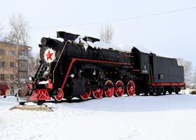 Напротив вокзала Котлас-Южный - памятник паровозу.