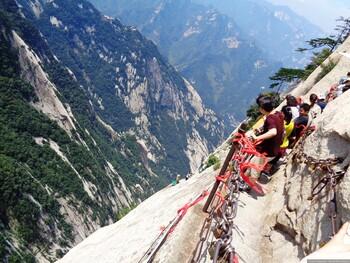 В Китае разгорелся скандал из-за гибели туристки во время селфи на Тропе смерти