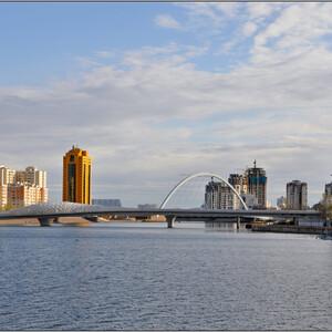 За мостом видна арка моста Караоткель, а справа у берега - установка, с помощью которой летом устраивают великолепное лазерное шоу.
