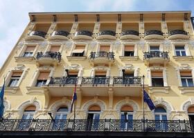 Гуляя по Риеке надо внимательно смотреть по сторонам- многие здания очень изящно оформлены - в венском стиле