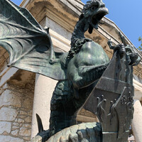 Территория замка небольшая , во дворе находится медная скульптура изображающая Василиска - мифологическое существо с головой петуха и телом дракона