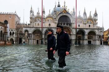 Вода в Венеции отступает после очередного подъёма