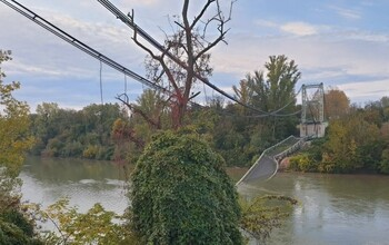 Во Франции обрушился автомобильный мост