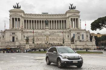Автомобиль в Риме у монумента Витториано