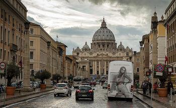 Автомобильное движение на улицах Рима