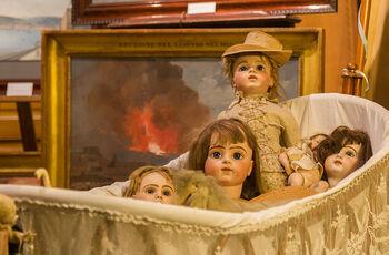 Куклы в антикварной лавке