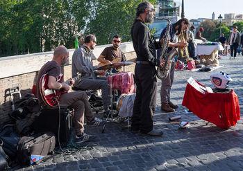 Музыкальное выступление на мосту Сикста