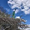Статуя Свободы на фоне цветущей вишни