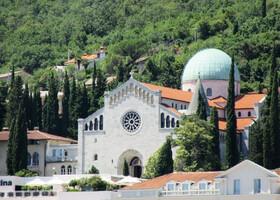 Есть в городе и тройка храмов- на фото собор Вознесения , построен в неороманском стиле в 1906 году