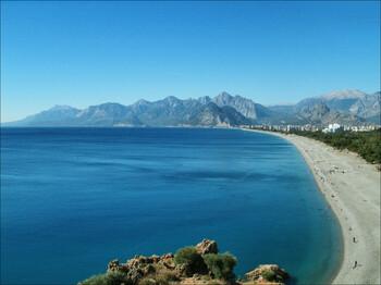 Учёные: в Анталии разрушается популярный пляж