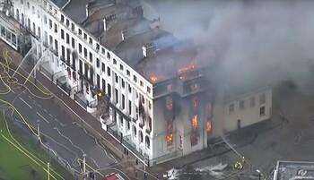 В Великобритании сгорел исторический отель (видео)