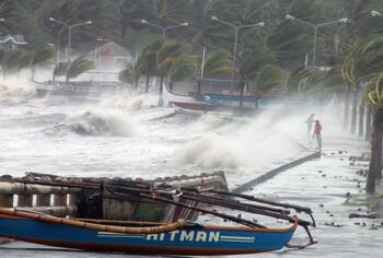На Филиппинах эвакуируют жителей из-за тайфуна Каммури