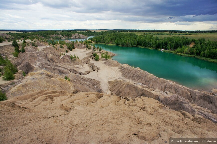 Склоны террикона размываются вешними водами и дождями, образуя причудливые поверхности.