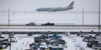 В США продолжаются отмены рейсов из-за сильного снегопада