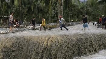 Жертвами тайфуна на Филиппинах стали 13 человек