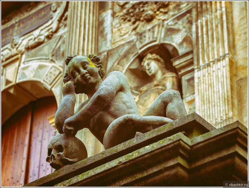 Лейден. Скульптуры на фасаде ратуши.