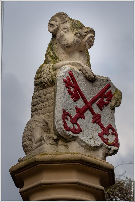 Овца на входе в Бурхт (De Burcht) - средневековое укрепление 11 века.