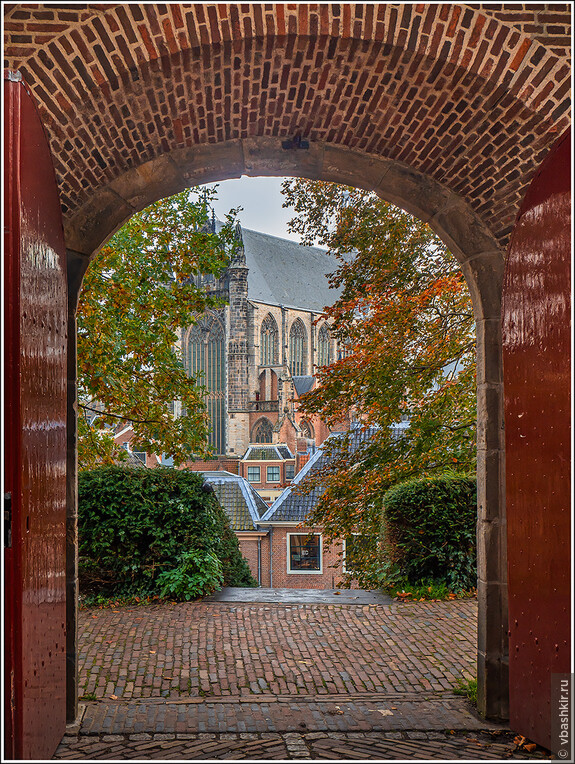 Лейден. Вид на Hooglandse Kerk через ворота Бурхта.