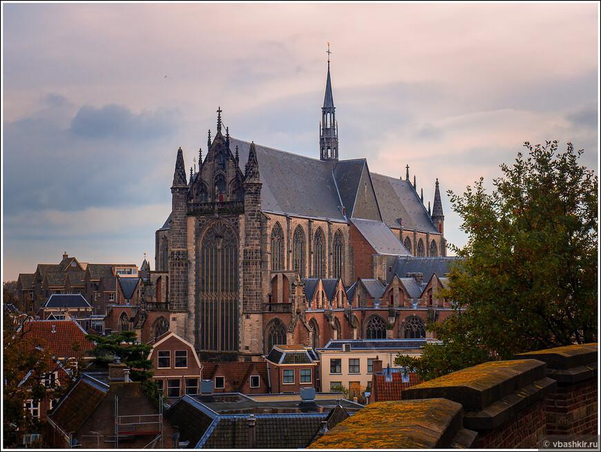 Лейден. Вид на Hooglandse Kerk из Бурхта.