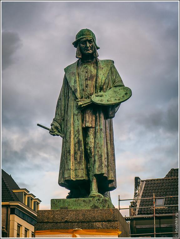 Хертогенбос. Памятник Иерониму Босху на площади Markt.