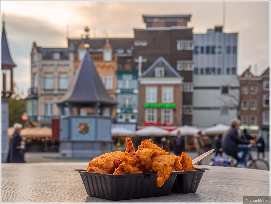 Хертогенбос. Площадь Markt. Фиш энд чипс - не самая голландская еда, но есть очень хотелось.