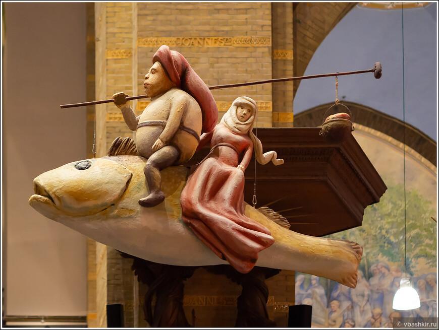 """Хертогенбос. Арт-центр Иеронима Босха. Фигура - фрагмент картины Босха """"Искушение Святого Антония""""."""