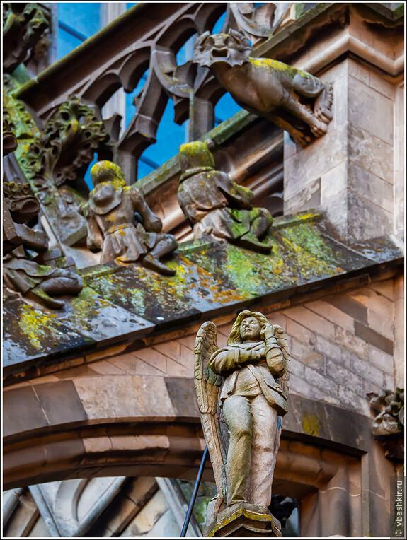 Хертогенбос. Ангел с мобильным телефоном на фасаде собора Св. Иоанна. Создан в ходе восстановления собора с одобрения католической церкви.