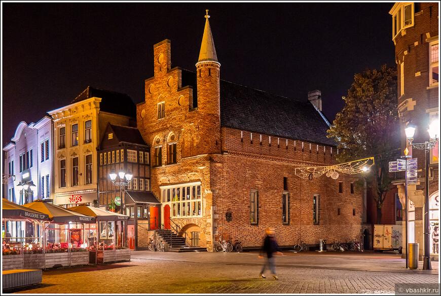 Хертогенбос. De Moriaan - самый старый дом города. 1220 год.