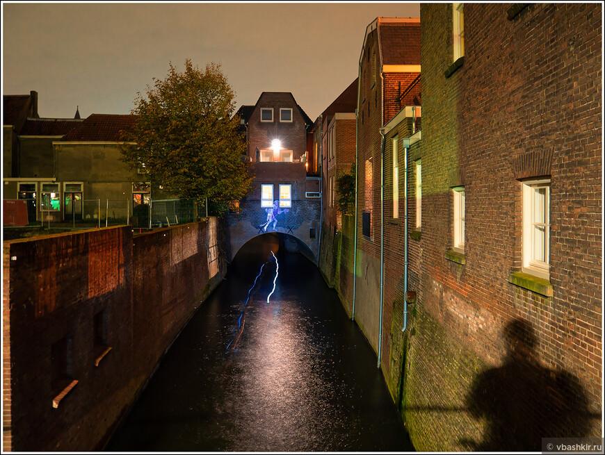 Хертогенбос. На канале Binnendieze. Байдарочники плывут по подземным каналам (след от фонариков).