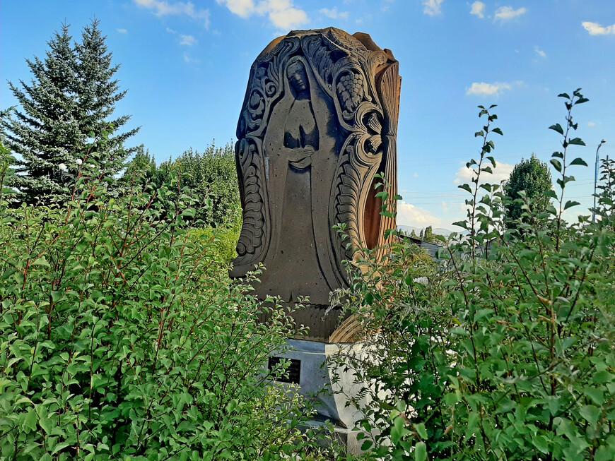Хачкар, посвящённый армянским матерям.