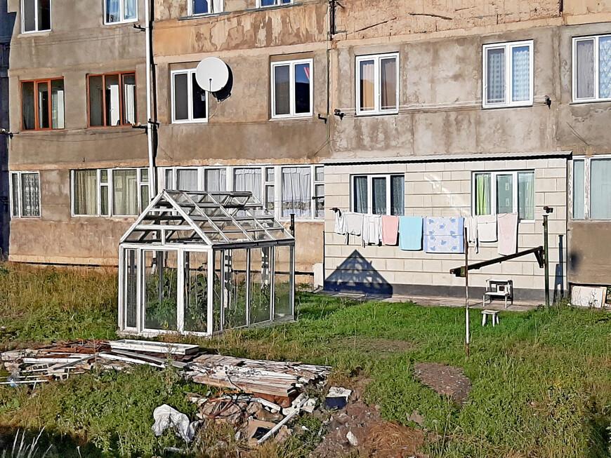 Непосредственно перед многоквартирными  домами расположены огороды, теплицы местных  жителей.