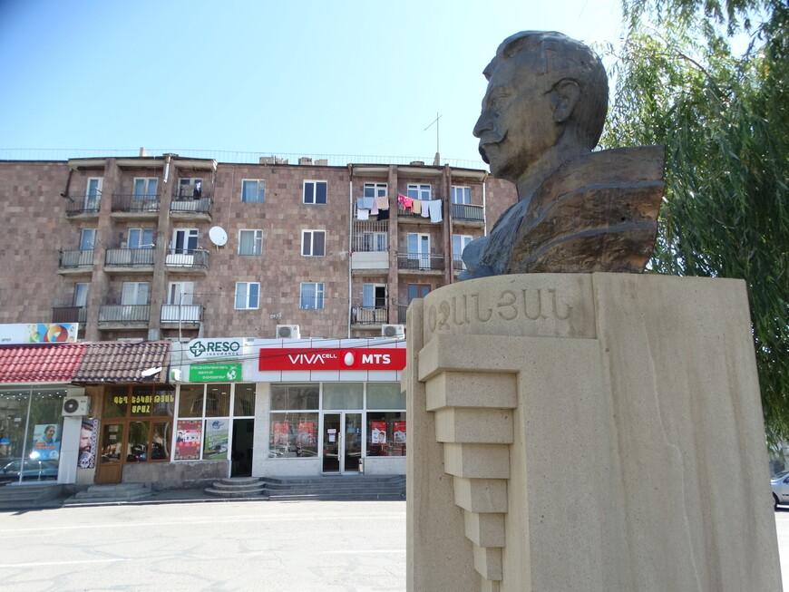 Бюст - памятник  С. Шаумяну.