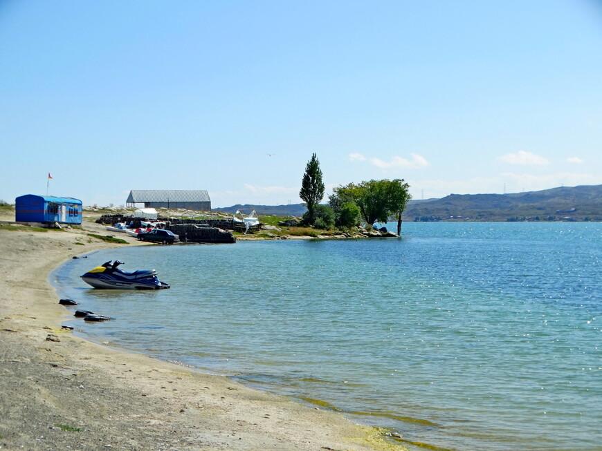 Побережье озера Севан - излюбленное место туристов. В связи с этим  здесь создана соответствующая инфраструктура.