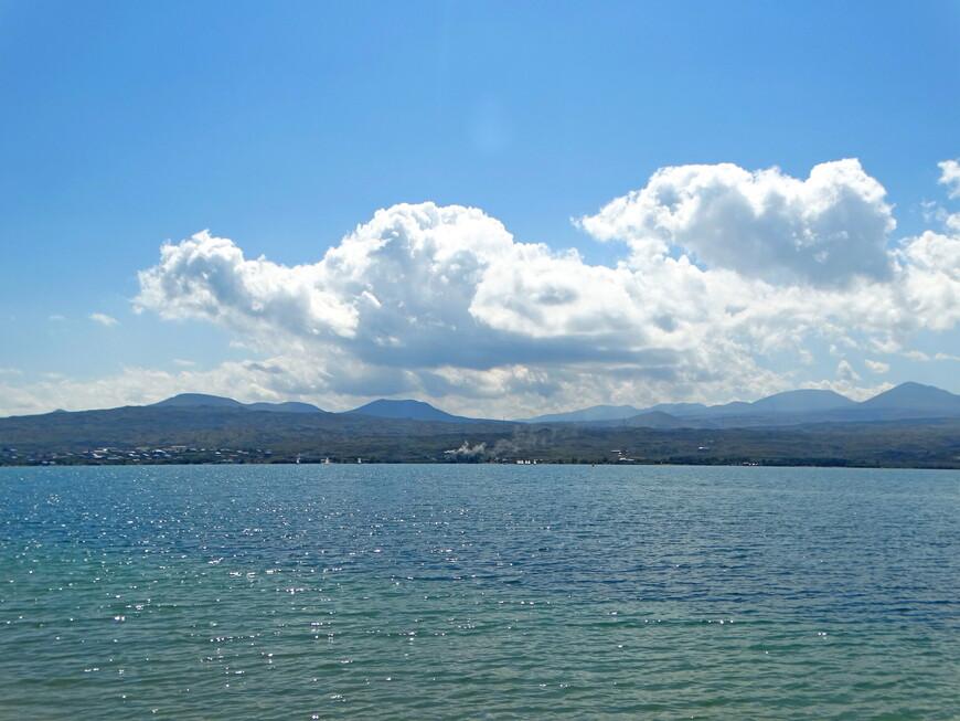 Озеро Севан огромнейшее!  Факты сами за себя говорят : площадь озера -1 243   кв.км; объём -33,2  куб.км; наибольшая глубина -78,4 м; средняя глубина- 26,0 м; прозрачность - 4,5 м. Красота озера очаровывает с первого взгляда. Можно долго-долго смотреть на  прекрасный пейзаж и осознавать, что эти живописнейшие виды побуждали к творчеству известных армянских художников: Геворга Башинджагяна, Фаноса Терлемезяна...