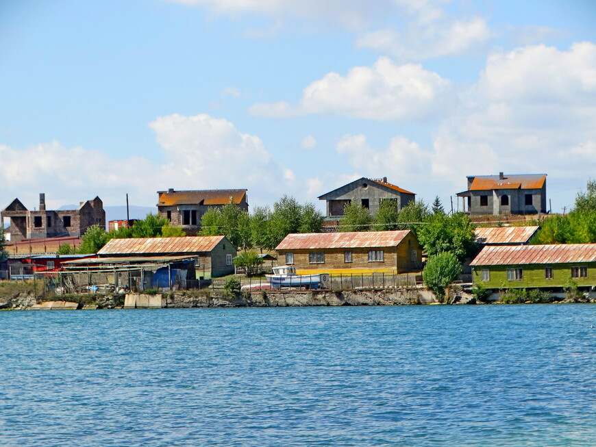 На севанском побережье сосредоточились коттеджи и виллы, которые очень востребованы отдыхающими, особенно летом, в пик туристического сезона.