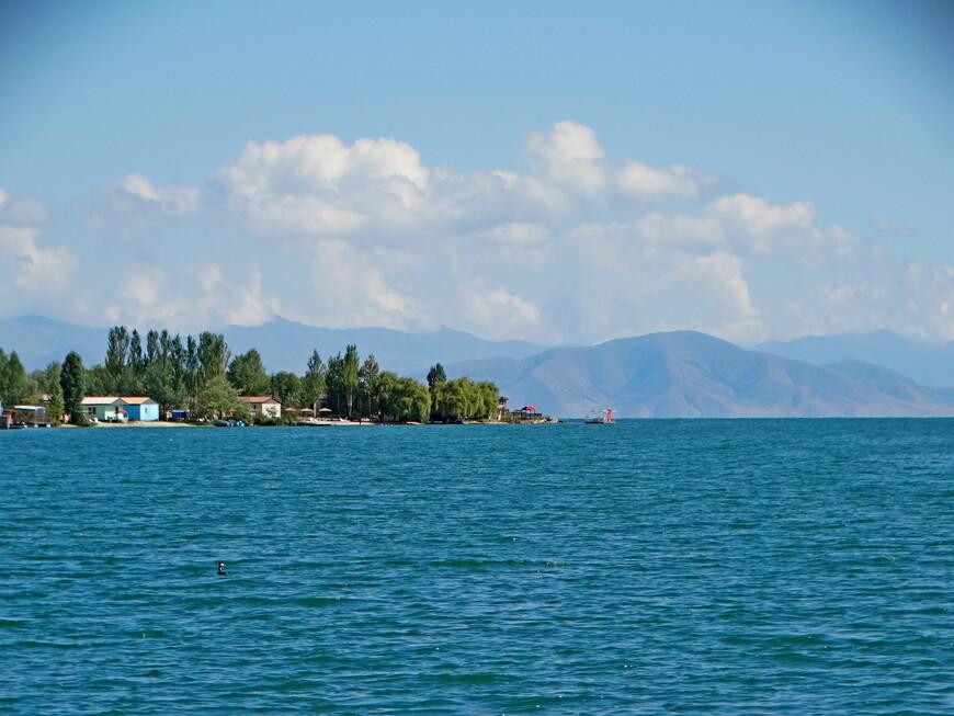 Вода озера Севан насыщенного лазурно- синего цвета, бесподобной красоты. Озеро обрамляют горные массивы:   с северо-запада -  Памбакский, с северо-востока - Севанский и Арегуни, с запада и юга — Гегамский и Варденисский хребты.