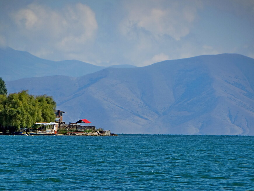 Озеро Севан - прекрасное место для отдыха.
