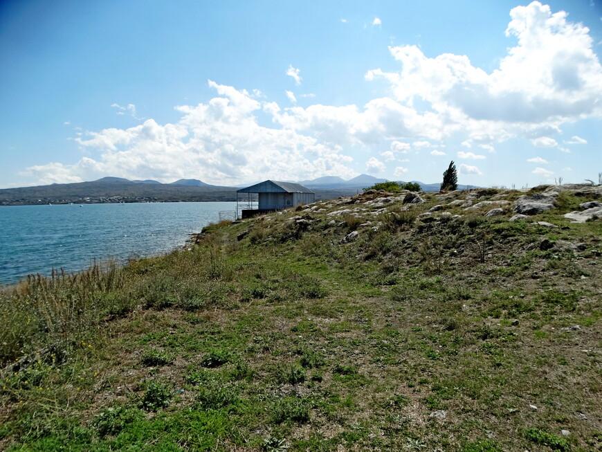 Мы были на Севане в сентябре. Купальный сезон уже закончился. А дневная температура воздуха поднималась до +20 С. Удалось искупаться. Но вода горного озера бодрила!