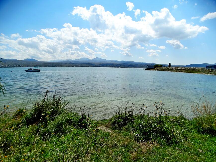 Побережье  озера разное: мелкогалечные и песчаные  пляжи, зелёные лужайки, крупные камни. Приятно идти вдоль берега ( насколько позволяют время и силы), открывая для себя живописнейшие места.