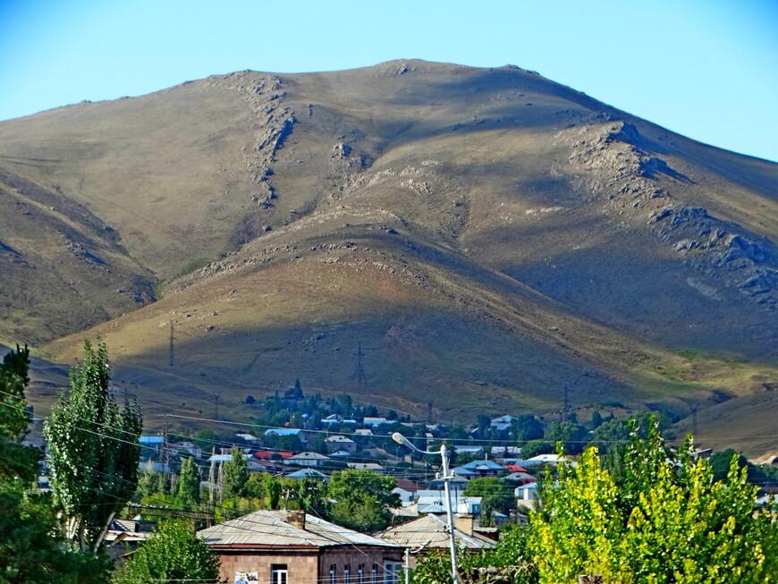 Драматический пейзаж. Горы нависли над городом.