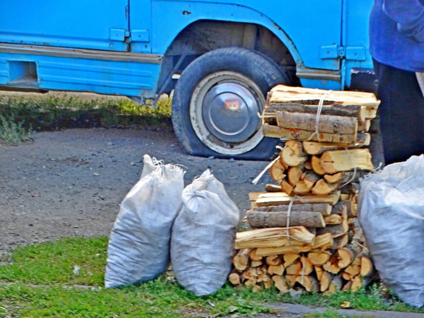 В некоторых домах проблема с отоплением. Востребованы дрова.