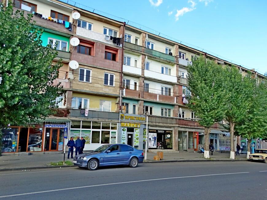 Архитектура многих домов  и написанные на русском языке вывески на магазинах  - отголоски советской эпохи.