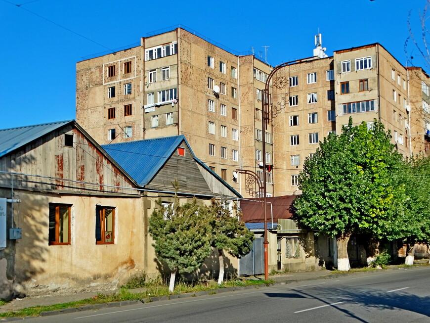 Город расположен на высоте 1900 м и окружён крутыми склонами гор. Здания невысокие. ( Интересный факт: в состав города Севан вошла деревня Гагарин!)
