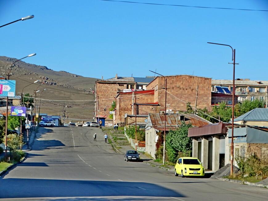 Город Севан  расположен между старым руслом  реки Раздан и озером Севан. Улицы города устремляются к подножию мрачных гор.