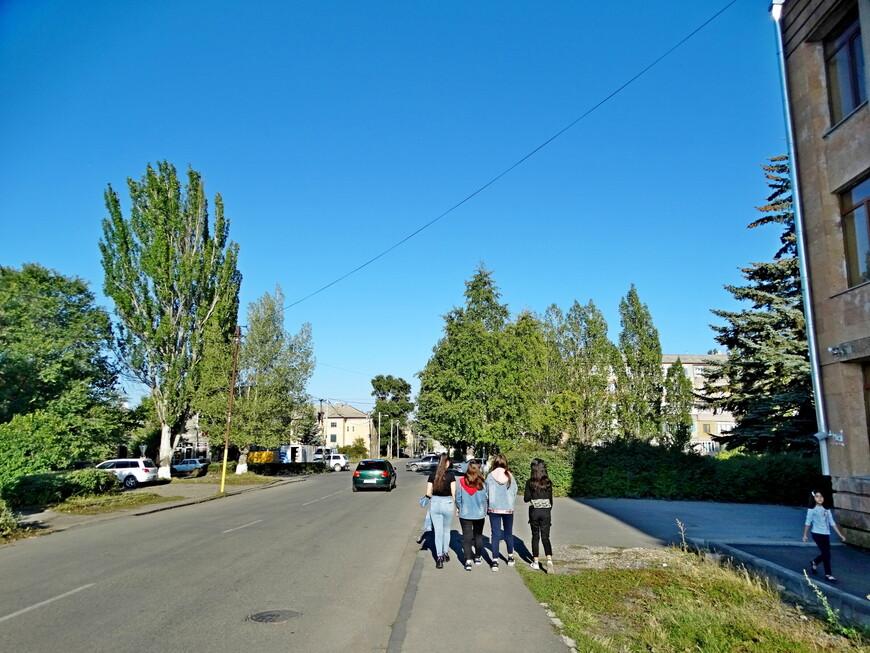 Гулять по Севану приятно. Этим и занимаются местные дети в свободное время.